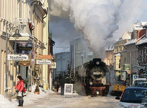 Der Dampfzug fährt hier langsam durch die Mollistrasse in Bad Doberan