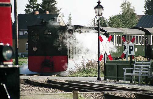 Die Plettenberg läuft in den Bahnhof Bruchhausen-Vilsen ein.