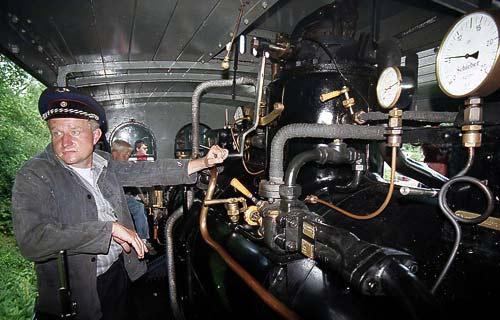 Die Plettenberg - der Lokführer steht neben dem Dampflok-Kessel