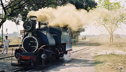 Satteltank-Dampflokomotive vor dem Depot in New Jaipalguri