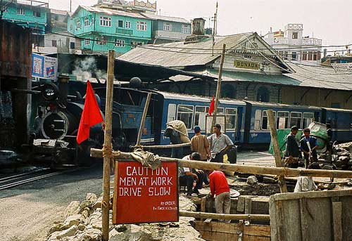 Die Darjeeling Himalayan Railway in Sonada kurz vor Darjeeling