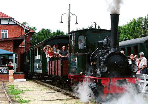 Die Lokomotive 'Franzburg' zverläßt den Bahnhof mit einen Museumszug