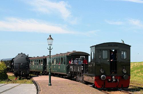Der Dampfzug aus Hoorn hat Einfahrt in Medemblik am Ijsselmeer