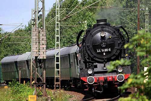 Die schwere Güterzuglok 44 1486 vor der Einfahrt in Wunstorf bei Hannover