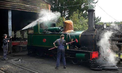 Die Dampflokomotive von 1877 wird gründlich gereinigt.