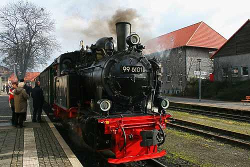 Heeresfeldbahnlok 99 6101 'Pfiffi' vor einem Sonderzug