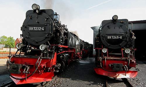 Die Neubauloks 99 7232 und 99 7245 vor dem Lokschuppen.