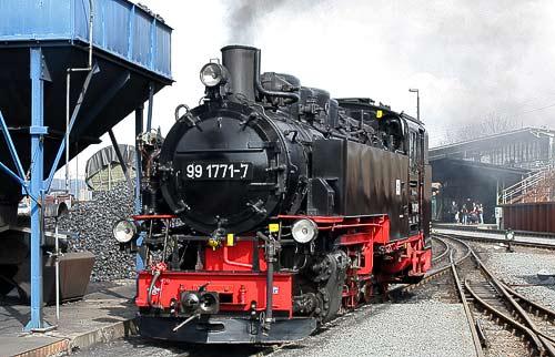 99 1771 beim Ausschlacken in Freital-Hainsberg