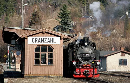 Zug der Fichtelbergbahn abfahrtsbereit im Bahnhof Cranzahl