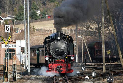 Ein Dampfzug der Fichtelbergbahn verläßt die 'Talstation' Cranzahl