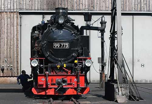 Lokomotiv-Behandlung vor dem Lokschuppen in Oberwiesenthal.