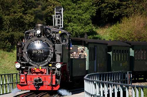 Schmalspur-Dampflok 99 785 auf dem Viadukt vor Oberwiesenthal