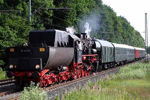 Das Weserbergland-Roß 52 8038 fährt in den Bahnhof Haste ein