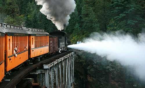 Mit voller Dampfkraft über die Brücke des Animas-River