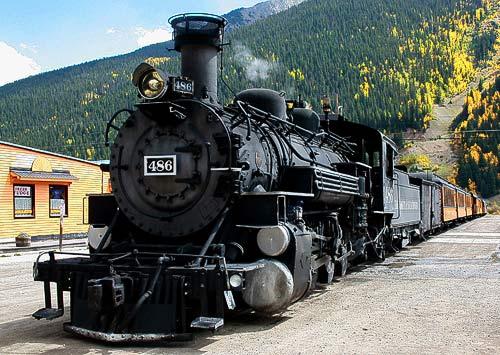 Der Zug aus Durango ist in der Stadtmitte von Silverton angekommen.