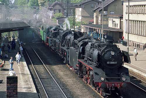 Der Dampflok-Paraden-Zug, angeführt von der 03 aus Cottbus