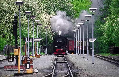 Die Neubaulok 99 7234 läuft in den Bahnhof Alexisbad ein