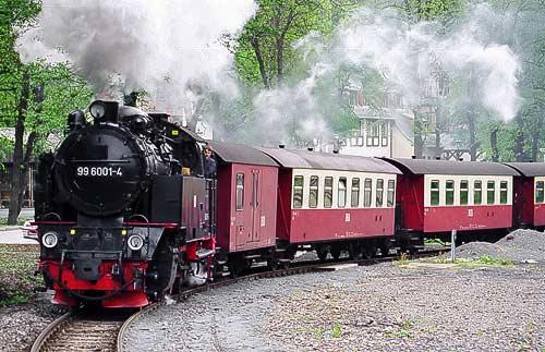 Auch die Einheitslokomotive 99 6001 verläßt mit ihtem Zug den Bahnhof