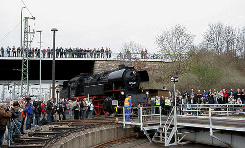 Die Dampflokomotive 65 1049 fährt ins Museumsgelände ein.