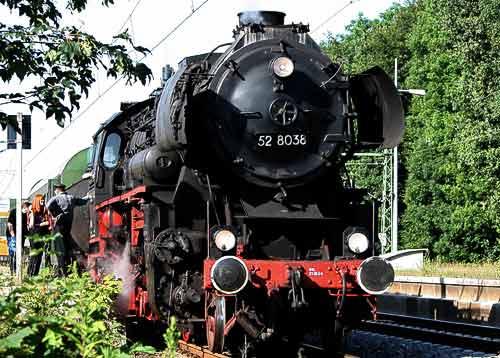 Die 52 8038 der Dampfeisenbahn Weserbergland beim Halt in Haste