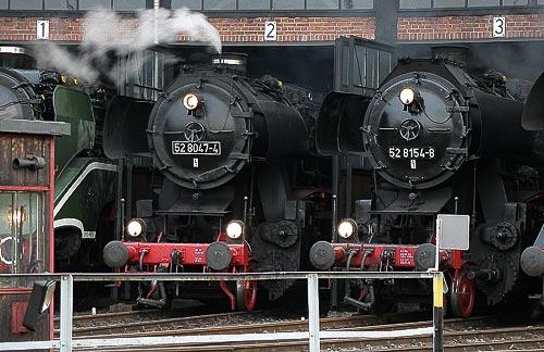 52 8047 und 52 8154 im Lokschuppen des BW Dresden-Altstadt