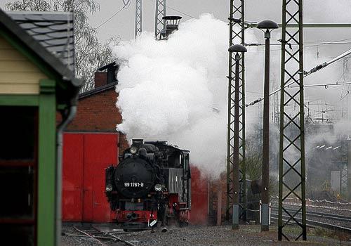 Die Schmalspurlok 99 1761 startet am Lokschuppen Radebeul-Ost