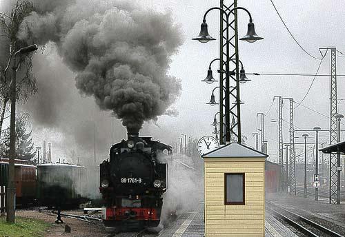 Unter voller Rauchentwicklung setzt sich der Zug langsam in Bewegung