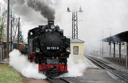 Kraftvoll gezogen, verläßt der Dampfzug den Bahnhof Radebeul-Ost