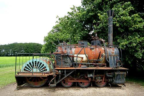 In schlechtem Zustand - historische Dampflokomotive am Schloss Aalholm