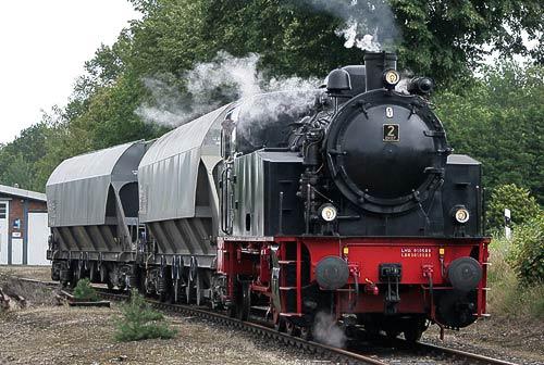 Lok 2 der DHE verschiebt zwei Güterwaggons