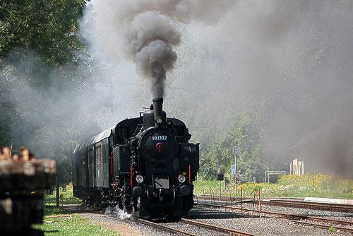 Der Rosentaler Dampfbummelzug mit Lok 93.1332 startet in Weitzelsdorf