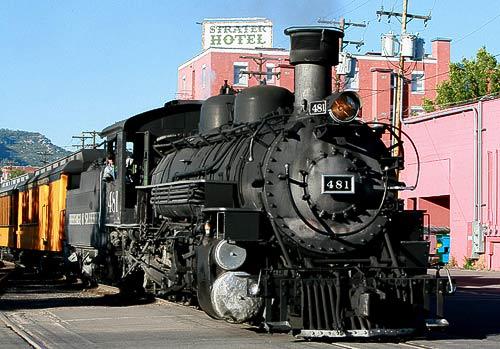 Durango & Silverton Rail Road mit Dampfzug vor dem Strater Hotel