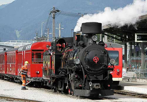 Die Dampflok 4 der Zillertalbahn setzt sich in Jenbach vor den wartenden Personenzug