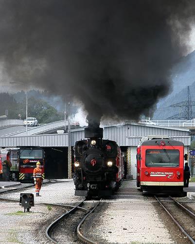 Der Dampfzug in Richtung Zillertal verläßt den Bahnhof Jenbach