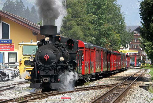 Der Dampfzug der Zillertalbahn hält auch in Kaltenbach-Stumm im Zillertal
