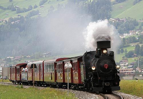 Der nostalgische Dampfzug der Zillertalbahn kurz vor Mayrhofen im Zillertal