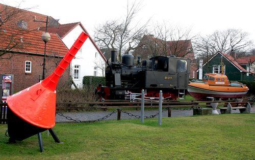 Neben den alten Leuchtturm auf Wangerooge steht die Denkmal-Lok 99 211