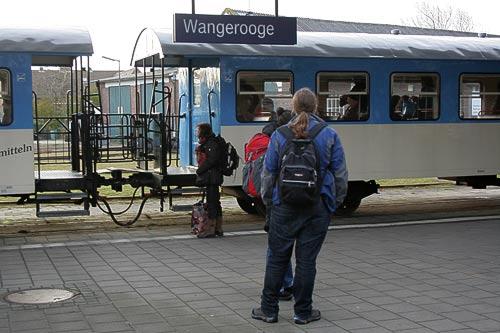 Auf dem Bahnsteig in Wangerooge
