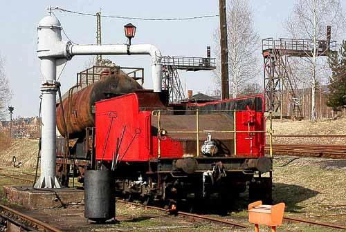 Relikte der Bahnvergangenheit - Wasserkran und Dampflok-Tender