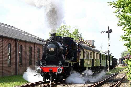 Mit der Dampflok 152 bespannt, verläßt der Museumszug den Bahnhof Haaksbergen