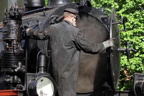 Kontrollblick des Heizers in die Rauchkammer - Dampflok 'Stettin'