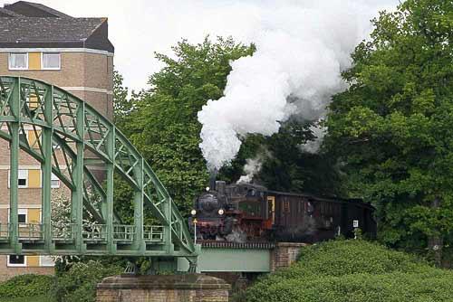 Der Preussenzug erreicht nach kurzer Zeit die Weserbrücke