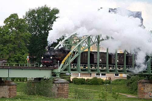 Markant die Gitterbrücke über die Weser nahe der Mindener Innenstadt