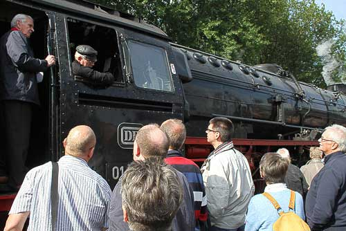 Rauf auf die riesige Dampflok - beim Fotohalt in Ocholt-Westerstede
