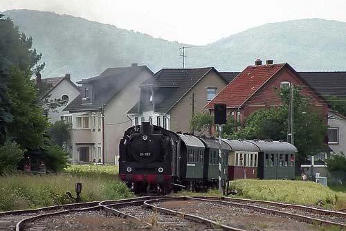 Der nostalgische Zug fährt mitten durch das Dorf Thüste