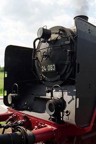 Die Front der 24 083 mit Rauchkammertür und den typischen Wagner-Blechen