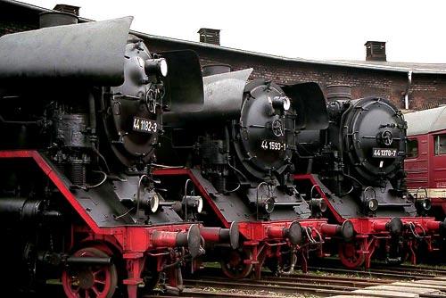 Drei 44er Jumbos vor dem Staßfurter Ringlokschuppen