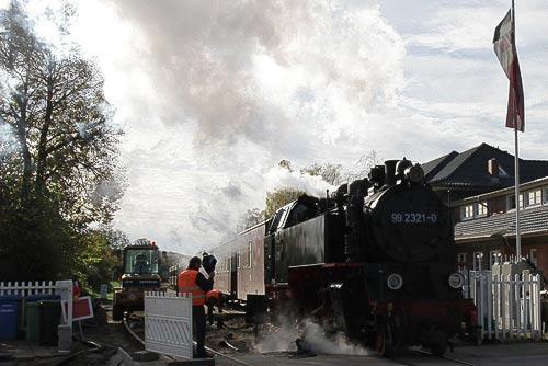 Molli fährt mit Volldampf über die Schranke in Kühlungsborn-Ost